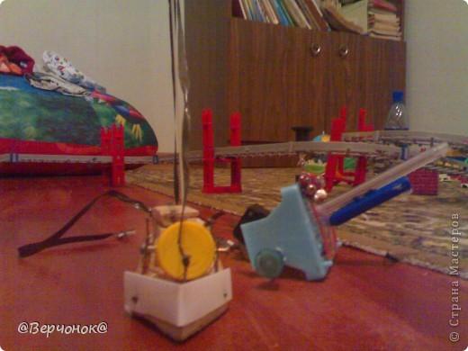 Мой солдат (нам 4 года) построил себе город из конструктора на заднем плане и соорудил себе оружие, которое защищает город от нападения врагов (что-то типо пушки). Пушка сделана из остатков какой-то пластмассовой игрушки и остатков ручки.  фото 1