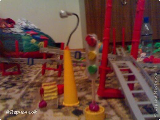 Мой солдат (нам 4 года) построил себе город из конструктора на заднем плане и соорудил себе оружие, которое защищает город от нападения врагов (что-то типо пушки). Пушка сделана из остатков какой-то пластмассовой игрушки и остатков ручки.  фото 2