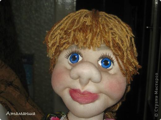 Закончила вот такую куколку на чайник. Получилась лохматая и глазастенькая, но очень скромная деУшка. фото 4