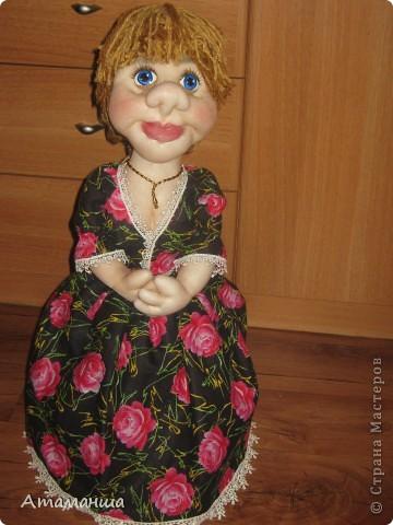 Закончила вот такую куколку на чайник. Получилась лохматая и глазастенькая, но очень скромная деУшка. фото 1