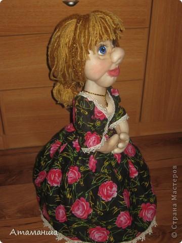 Закончила вот такую куколку на чайник. Получилась лохматая и глазастенькая, но очень скромная деУшка. фото 2