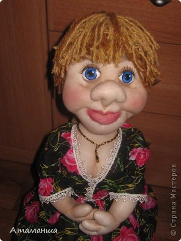 Закончила вот такую куколку на чайник. Получилась лохматая и глазастенькая, но очень скромная деУшка. фото 3
