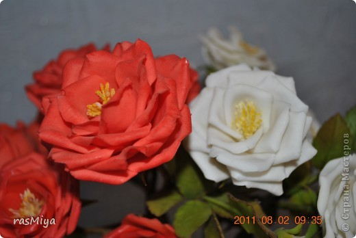 Здравствуйте, дорогие мастерицы, вот после долгого молчания выставляю на ваш суд мои новые цветы. Правда, определиться с их названием не могу, что-то среднее между садовой розой и шиповником...  фото 7