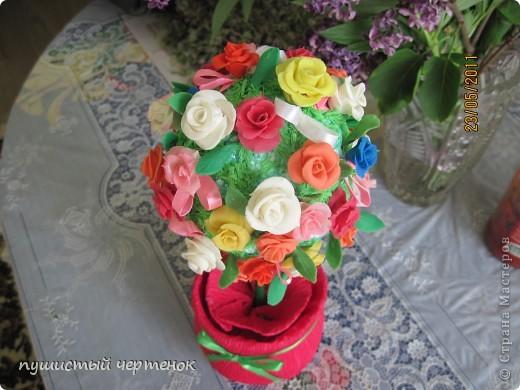 Насмотрелась на Ваши деревья и тоже захотела создать такое чудо. Цветы-холодный фарфор, палочка китайская-ствол, горшок-пластиковая бутылка в гофрированной бумаге. фото 2