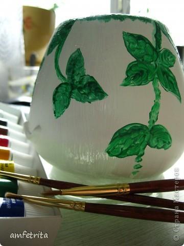 У меня в шкафу обитает дикая стая всяких разных баночек-скляночек. Их разрисовыванием я занялась ещё в университете, но только под настроение :) Так вот, моем-обезжириваем понравившуюся баночку и покрываем сначала одним слоем акриловой краски, белой. Затем, через сутки после высыхания, вторым слоем. фото 3