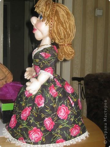 Закончила вот такую куколку на чайник. Получилась лохматая и глазастенькая, но очень скромная деУшка. фото 5