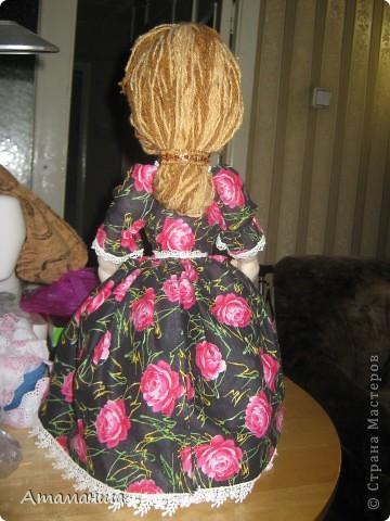 Закончила вот такую куколку на чайник. Получилась лохматая и глазастенькая, но очень скромная деУшка. фото 6