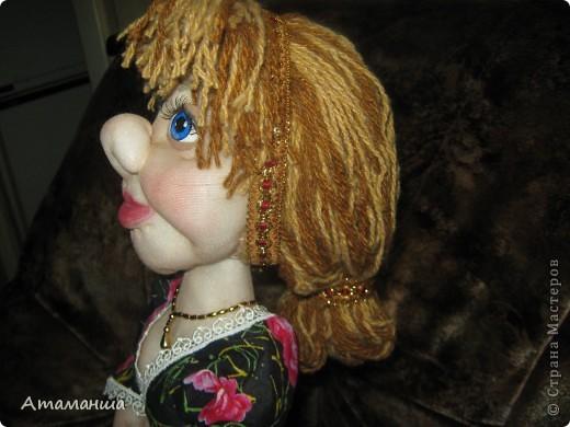 Закончила вот такую куколку на чайник. Получилась лохматая и глазастенькая, но очень скромная деУшка. фото 7