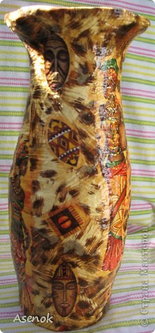 Доделала наконец-таки себе вазочку... в наследство от бабушки нам досталось несколько вазочек советских времен, они такие неказистые, что меня давно подмывало их переделать... начала с самой проблемной... сфоткать перед переделкой забыла к сожалению, но она была такого пакостного зеленого цвета, да еще и рельефная... мне эти рельефы были не нужны... я их заделала соленым тестом и т.к. слой теста был не тонкий, то пришлось долго сушить, потом все это дело обклеилось двухсторонним скотчем и обмоталось шпагатом... теперь она была уже близка к тому что я хотела... осталось только покрасить белой краской и приняться за декупаж... использовала 2 вида салфеток. Вот что получилось :) фото 4