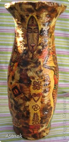 Доделала наконец-таки себе вазочку... в наследство от бабушки нам досталось несколько вазочек советских времен, они такие неказистые, что меня давно подмывало их переделать... начала с самой проблемной... сфоткать перед переделкой забыла к сожалению, но она была такого пакостного зеленого цвета, да еще и рельефная... мне эти рельефы были не нужны... я их заделала соленым тестом и т.к. слой теста был не тонкий, то пришлось долго сушить, потом все это дело обклеилось двухсторонним скотчем и обмоталось шпагатом... теперь она была уже близка к тому что я хотела... осталось только покрасить белой краской и приняться за декупаж... использовала 2 вида салфеток. Вот что получилось :) фото 6