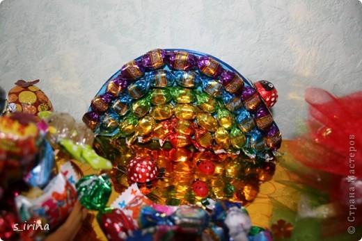 Ежик из конфет фото 10
