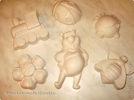 это наши первые гипсовые игрушки..мы брали песочные формочки, разводили гипс с водой и заливали смесь формы. Легко и быстро... очень быстро.  фото 2