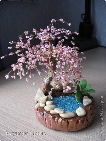 эту сакуру сделала в подарок из остатков бисера розовых оттенков, все смешала в результате цвет вроде получился похож на настоящую