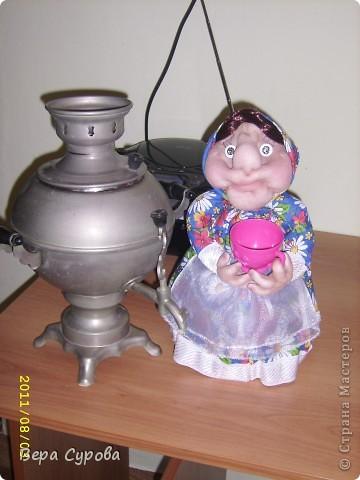 Бабушка Дуня приглашает гостей  на чай из самовара