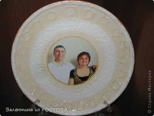 Тарелка ко дню свадьбы.Использовала 2 вида лака .Надпись выполнена контуром по стеклу фото 3