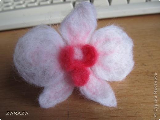 давно хотела сделать орхидею, попала на мастер-класс по валянию, правда мокрому, но меня заинтересовало и сухое. вот решила попробовать. дебют мой так сказать. не удите строго)) фото 2