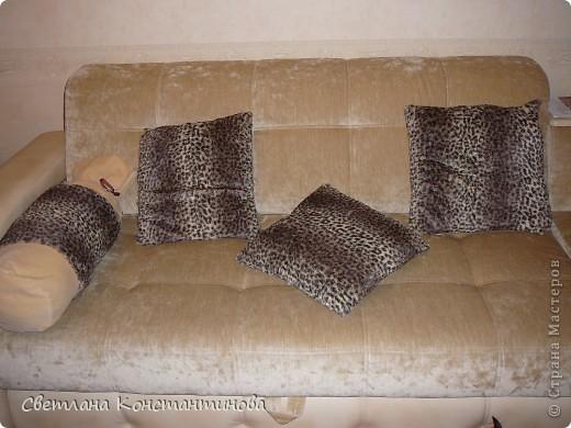Когда увидела этот мех-не смогла не купить! Сшила на свой диван вот такие подушечки и конфетку. На мой взгляд-хорошо вписались!