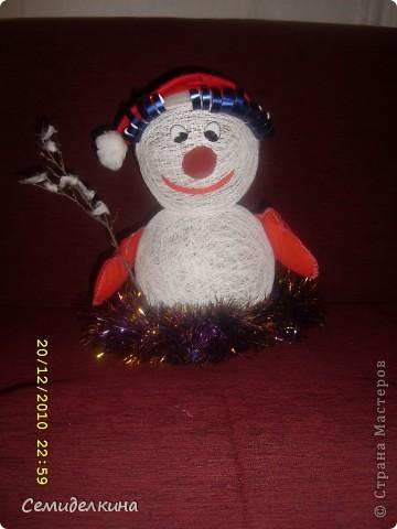 """В саду у дочери попросили сделать """" что-то к Новому году """"... Полезла я в СМ... И начала делать """"что-то """" точнее два шара из ниток намотала, но так и не решила, что это будет... А получился снеговичок фото 3"""