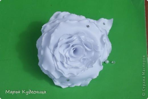 Уважаемые мастерицы, это моя пробная роза (сделала из нее заколку дочери к 1 сентября). Одна невеста заказала у меня розу в прическу, вот я и тренировалась. Мне нужна критика и советы как можно ее улучшить и сделать более живой фото 3