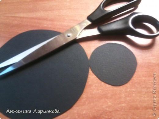 Вам понадобится: Картон чёрный - 1 лист, лента шириной 1,5 см - 32 см, перо - 1 шт., бусина - 1 шт., клей Момент, клей ПВА, скотч, ободок - 1 шт. фото 2