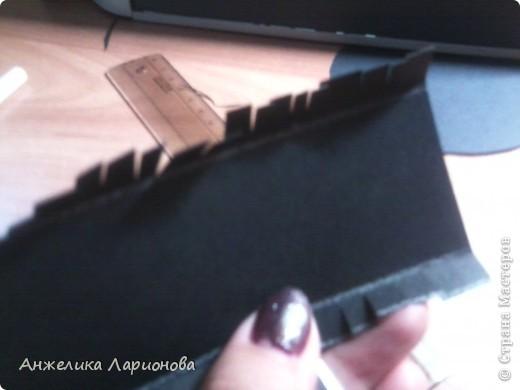 Вам понадобится: Картон чёрный - 1 лист, лента шириной 1,5 см - 32 см, перо - 1 шт., бусина - 1 шт., клей Момент, клей ПВА, скотч, ободок - 1 шт. фото 4