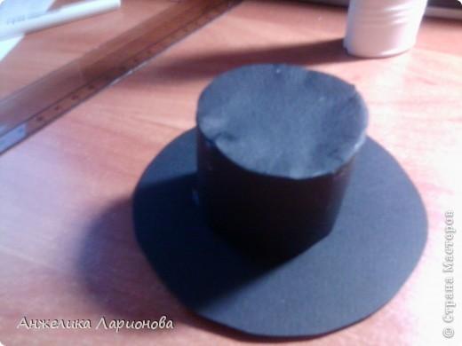 Вам понадобится: Картон чёрный - 1 лист, лента шириной 1,5 см - 32 см, перо - 1 шт., бусина - 1 шт., клей Момент, клей ПВА, скотч, ободок - 1 шт. фото 10