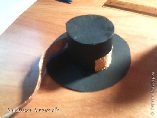 Вам понадобится: Картон чёрный - 1 лист, лента шириной 1,5 см - 32 см, перо - 1 шт., бусина - 1 шт., клей Момент, клей ПВА, скотч, ободок - 1 шт. фото 11
