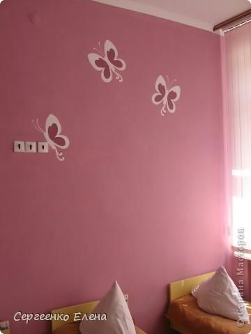 К новому учебному году в спальнях нашего дошкольного учреждения воспитатели самостоятельно сделали ремонт. А моя задача была росписать стены и сделать все в едином (для всего сада) стиле. Старалась, как могла. Посмотрите, что получилось. фото 4