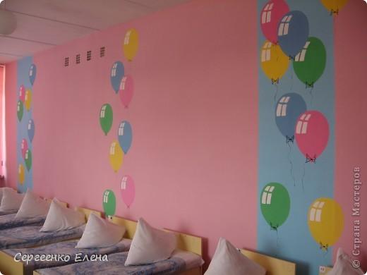 К новому учебному году в спальнях нашего дошкольного учреждения воспитатели самостоятельно сделали ремонт. А моя задача была росписать стены и сделать все в едином (для всего сада) стиле. Старалась, как могла. Посмотрите, что получилось. фото 5