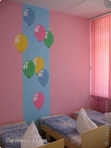 К новому учебному году в спальнях нашего дошкольного учреждения воспитатели самостоятельно сделали ремонт. А моя задача была росписать стены и сделать все в едином (для всего сада) стиле. Старалась, как могла. Посмотрите, что получилось. фото 6