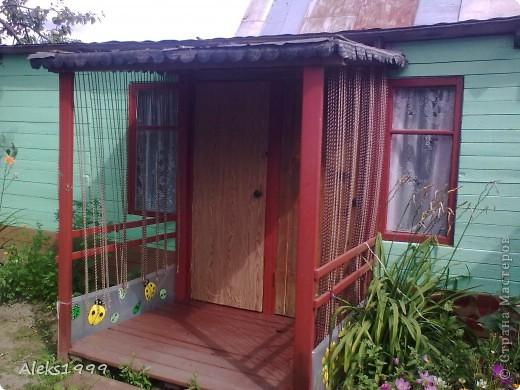 Это наш садовый домик. Сначала мы хотели завести кур, а потом решили что сделаем домик для себя. Вот строительство нашего домика почти подошло к концу. Осталось поклеить обои в одной комнате, доделать дверь. фото 1