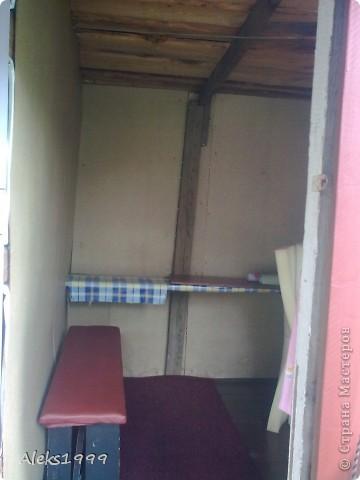 Это наш садовый домик. Сначала мы хотели завести кур, а потом решили что сделаем домик для себя. Вот строительство нашего домика почти подошло к концу. Осталось поклеить обои в одной комнате, доделать дверь. фото 3
