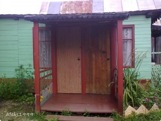 Это наш садовый домик. Сначала мы хотели завести кур, а потом решили что сделаем домик для себя. Вот строительство нашего домика почти подошло к концу. Осталось поклеить обои в одной комнате, доделать дверь. фото 14