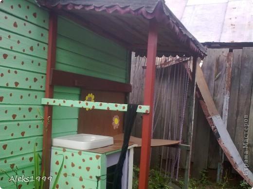 Это наш садовый домик. Сначала мы хотели завести кур, а потом решили что сделаем домик для себя. Вот строительство нашего домика почти подошло к концу. Осталось поклеить обои в одной комнате, доделать дверь. фото 15