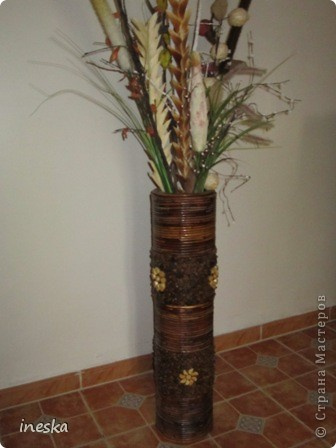 Это ваза во всю длину,она высокая почти до метра сделана из лозы и кусочков дерева