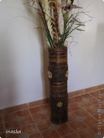 Это ваза во всю длину,она высокая почти до метра сделана из лозы и кусочков дерева фото 2