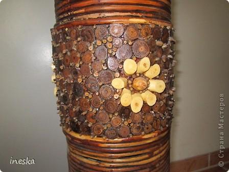 Это ваза во всю длину,она высокая почти до метра сделана из лозы и кусочков дерева фото 4