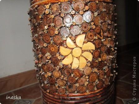 Это ваза во всю длину,она высокая почти до метра сделана из лозы и кусочков дерева фото 5