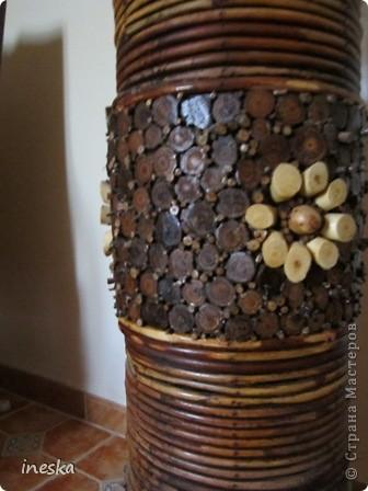 Это ваза во всю длину,она высокая почти до метра сделана из лозы и кусочков дерева фото 6