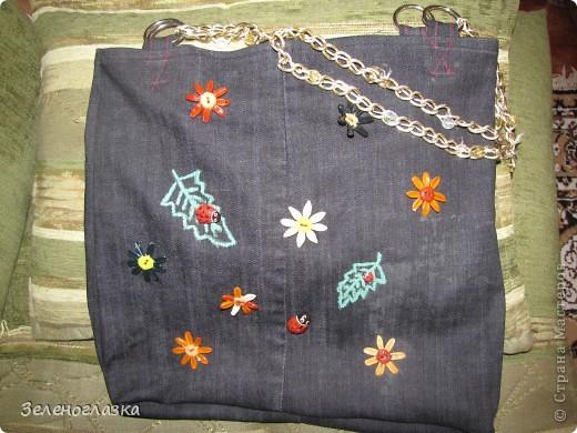 Сумка из старых джинс. Ручки от старой сумки. Цветочки и божьи коровки из пластики. Листочки рисовала акриловыми красками