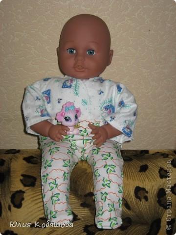 Вот моя доченька уехала к бабушки и дедушки на недельку, а я заскучав по ней побежала в магазин накупила ткать и решила пошить на ее любимого Женьку новой одежды. Приедет мое Счастье, а тут столько нарядов, благо самого Женьку она на этот раз дома оставила, так как бабушка пообещала новые игрушки накупить. И так, приступим : ползунки и маячка. фото 3