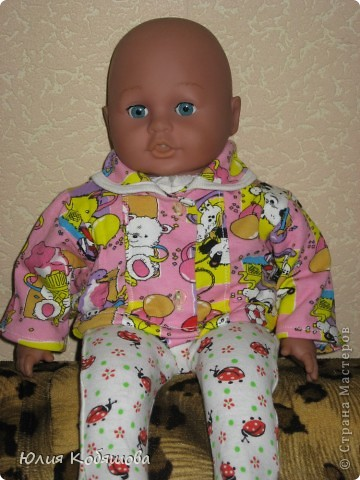 Вот моя доченька уехала к бабушки и дедушки на недельку, а я заскучав по ней побежала в магазин накупила ткать и решила пошить на ее любимого Женьку новой одежды. Приедет мое Счастье, а тут столько нарядов, благо самого Женьку она на этот раз дома оставила, так как бабушка пообещала новые игрушки накупить. И так, приступим : ползунки и маячка. фото 2