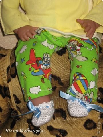 Вот моя доченька уехала к бабушки и дедушки на недельку, а я заскучав по ней побежала в магазин накупила ткать и решила пошить на ее любимого Женьку новой одежды. Приедет мое Счастье, а тут столько нарядов, благо самого Женьку она на этот раз дома оставила, так как бабушка пообещала новые игрушки накупить. И так, приступим : ползунки и маячка. фото 5