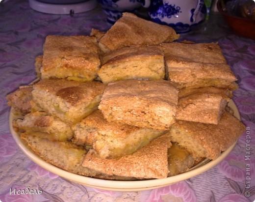 Шарлотка с яблоками Шарлотка (англ. Charlotte) — сладкий пирог из яблок, запечённых в тесте. Классическая шарлотка — это французское сладкое блюдо, приготовленное из белого хлеба, заварного крема, фруктов и ликера.  Русская шарлотка была придумана в Лондоне в начале XIX века французским поваром Мари Антуаном Карем, состоявшем на службе у Александра I. Первоначально блюдо называлось charlotte à la parisienne (парижская шарлотка), позже десерт прославился по всему миру под именем charlotte russe (русская шарлотка). Для изготовления русской шарлотки форму выкладывают печеньем савоярди или готовым бисквитом и заполняют баварским кремом и взбитыми сливками. Затем десерт следует остудить до затвердения.  В настоящее время на территории Росии под названием «шарлотка» скрывается лёгкий в приготовлении пирог, который представляет собой бисквит с начинкой из нарезанных яблок.  Именно такой рецепт пирога я хочу вам представить.