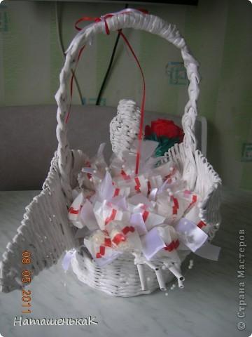 """Сплела вот такого лебедя подружке на годовщину свадьбы ( вместо букета)) Наполнение - две коробочки конфет """"Рафаэлло"""". фото 4"""
