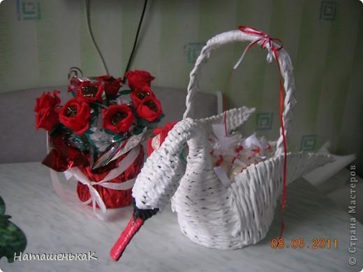 """Сплела вот такого лебедя подружке на годовщину свадьбы ( вместо букета)) Наполнение - две коробочки конфет """"Рафаэлло"""". фото 3"""