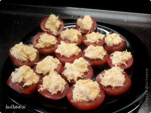 Сыр на мелкую терку,смешать с майонезом,выдавить в это чеснок,выкладывать ложечкой на помидор.  Приятного аппетита!=)))
