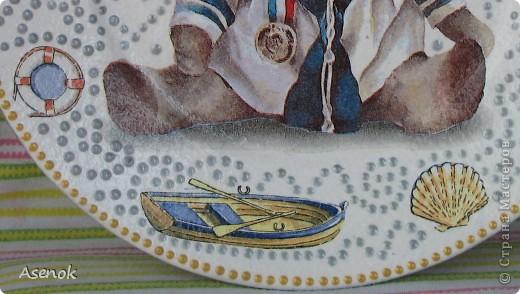 А я все декупажу и декупажу :) Вот новенькое :) Тарелочка с мишкой моряком :) Обожаю мишек, особенно вот такого плана :) Использовались 2 разные салфетки, краска акриловая, контуры и лак акриловый. фото 5