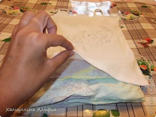 Вот такую милую маечку я сделала своими рукми. Вернее, сделала из обычной маечки...такую забавную! Под рисунком лежат краски, которые пригодились мне для данной работы. фото 10