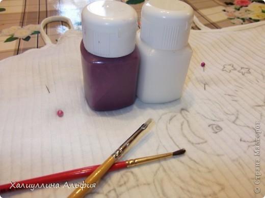 Вот такую милую маечку я сделала своими рукми. Вернее, сделала из обычной маечки...такую забавную! Под рисунком лежат краски, которые пригодились мне для данной работы. фото 12